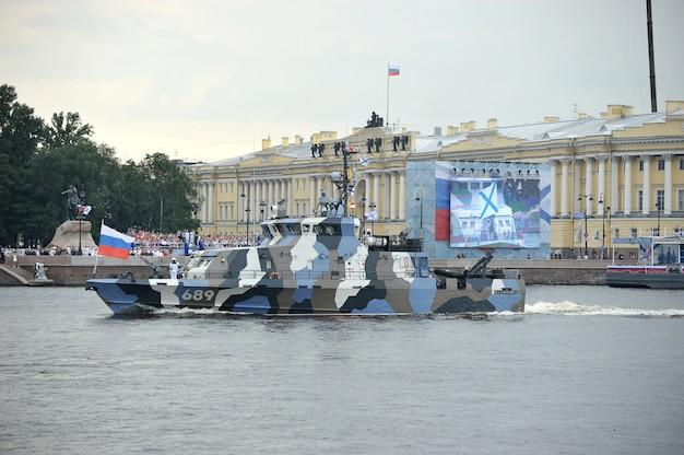 Voorbereiding op de marineparade in st. petersburg aan de rivier de neva Premium Foto