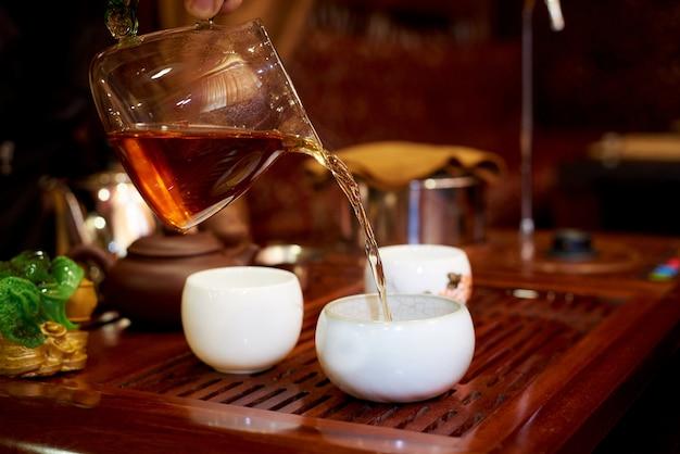 Voorbereiding van thee in de ceremonie Premium Foto