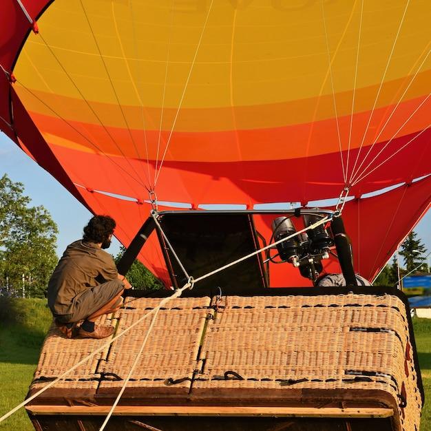 Voorbereiding voor het begin van de hete luchtballon. Gratis Foto