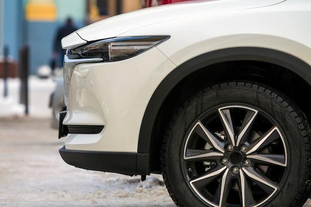 Voordeel van witte moderne auto dichte omhooggaand Premium Foto
