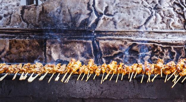 Voorgerecht, traditioneel thais straatvoedsel Premium Foto