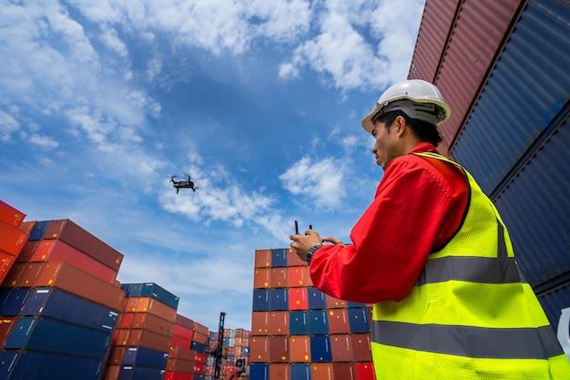 Voorman die drone loodsen bij containershaven Premium Foto