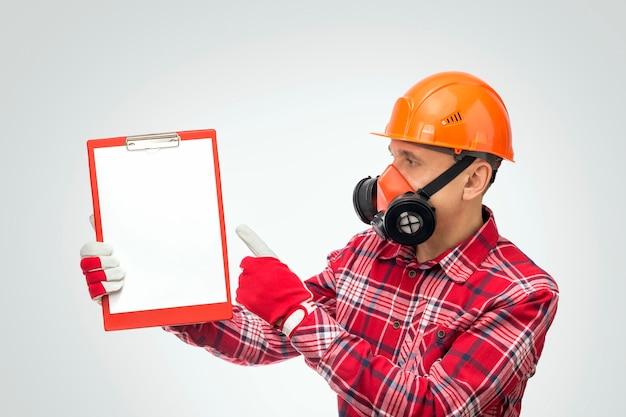 Voorman die instructies geeft of instrueert door werkveiligheid. persoonlijke beschermingsmiddelen concept. Premium Foto
