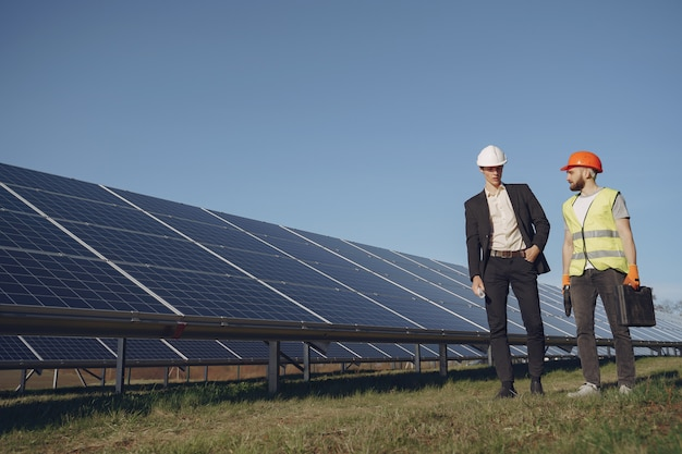 Voorman en zakenman bij zonne-energiestation. Gratis Foto