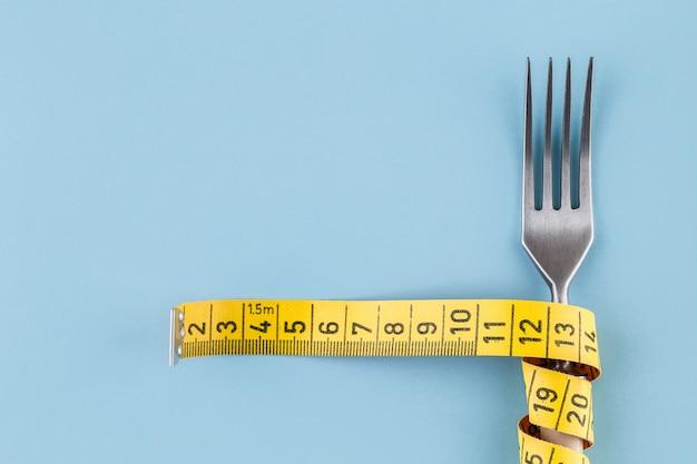 Vork met een meetlint, dieet of gezond eten concept Premium Foto