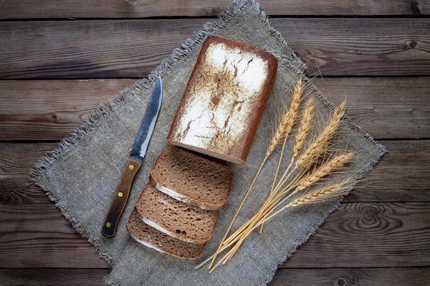 Vorm rogge-tarwebrood, met gesneden stukken. Premium Foto