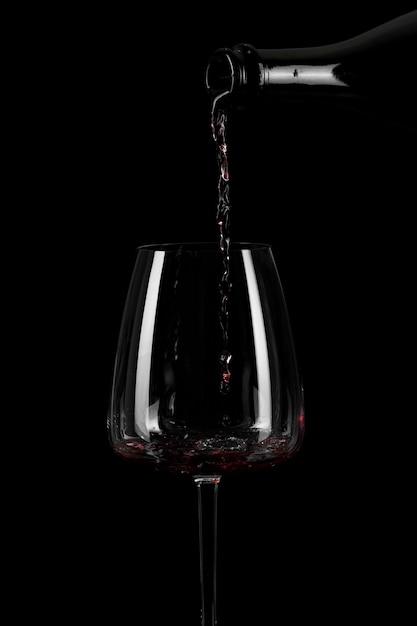 Vorm van gieten wijn in een groot glas Premium Foto