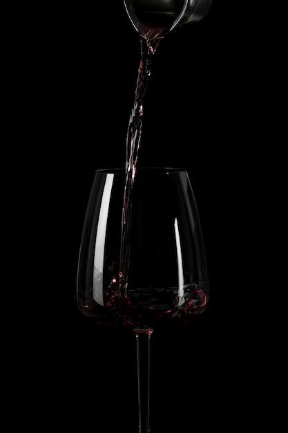 Vorm van gietende wijn in het donker Premium Foto