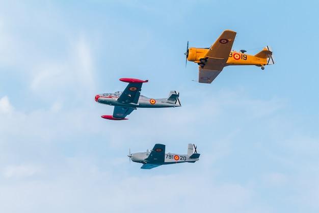 Vorming van drie vliegtuigen van de fio Premium Foto
