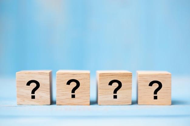 Vraagteken op houten kubusblok Premium Foto