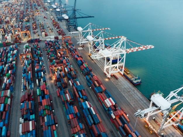Vrachtcontainerschip bij de haven van de lading internationale werf en de tank van de kraanlading voor expor Premium Foto