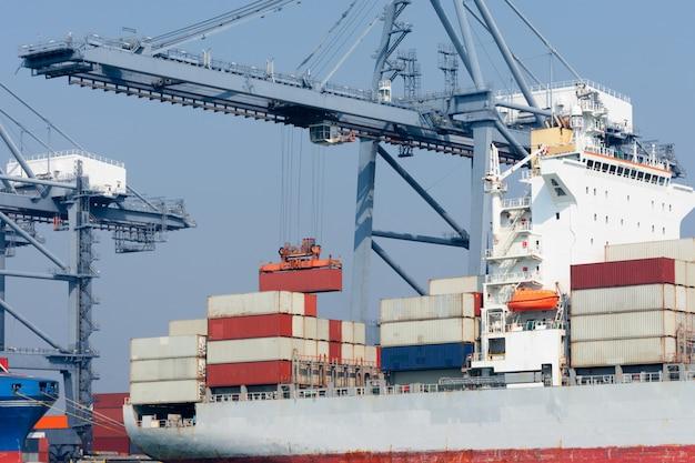Vrachtcontainerschip met vliegtuig import en export goederen voor vrachtvervoer over zee Premium Foto