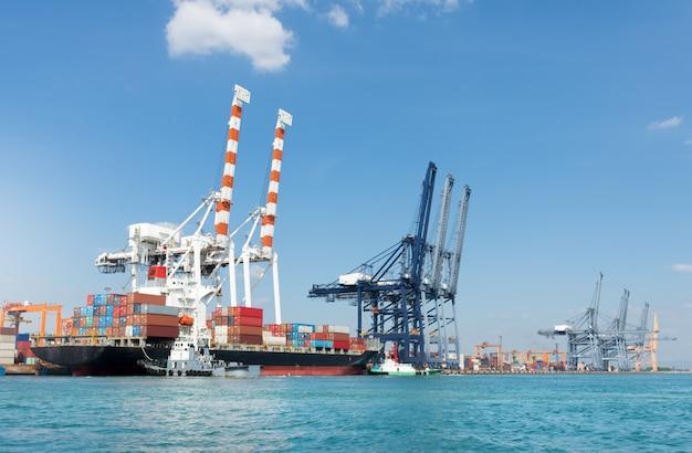 Vrachtschip in de container internationale werfhaven en kraanlaadtank voor vervoer Premium Foto