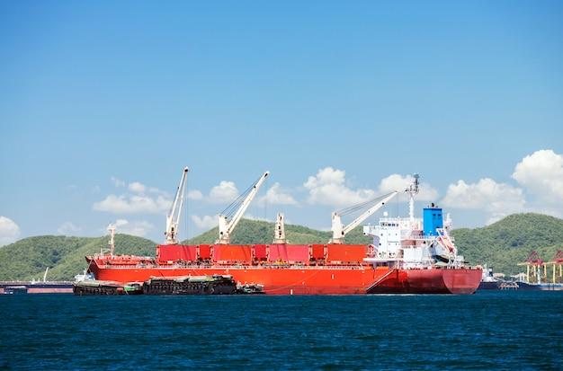 Vrachtschip met kranen Premium Foto
