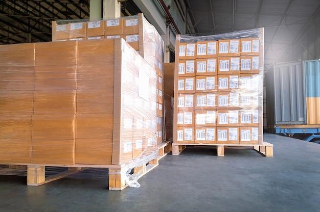 Vrachtvracht, verzending, verzending, levering, logistiek en vrachtvervoer. grote palletgoederen wachten op lading in een vrachtwagencontainer. Premium Foto