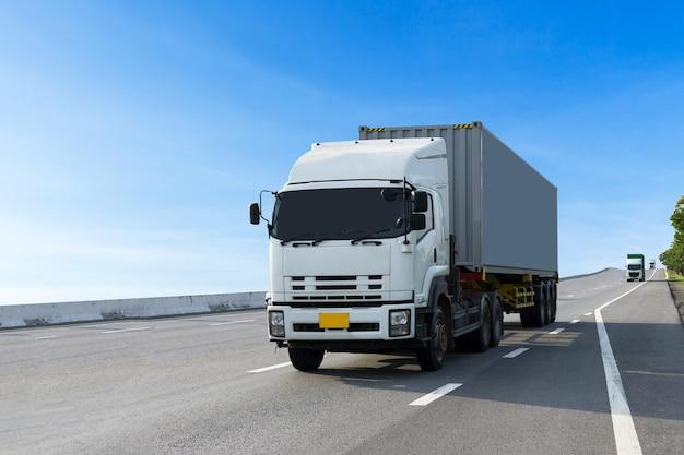 Vrachtwagen op autoweg met container, import, export logistiek transport Premium Foto