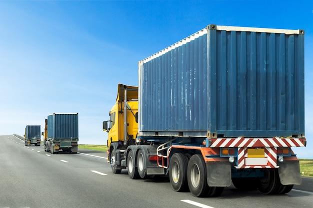 Vrachtwagen op weg met blauwe container, vervoer op de snelweg Premium Foto
