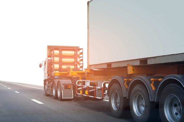 Vrachtwagen op wegweg met container Premium Foto
