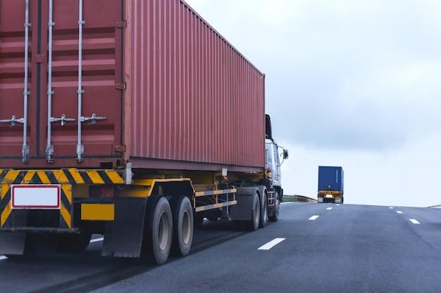 Vrachtwagen op wegweg met rode container, logistiek industrieel vervoer van het vervoer over land Premium Foto