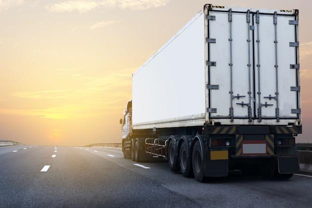 Vrachtwagen op wegweg met witte container Premium Foto