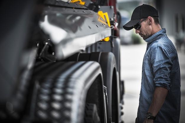 Vrachtwagenchauffeur laadcontrole Premium Foto