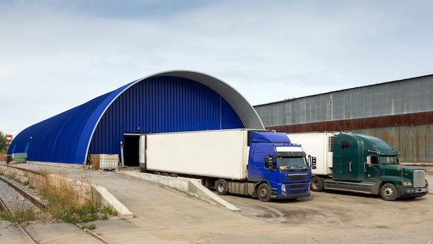 Vrachtwagens laden op faciliteit in het laadgebied. Premium Foto