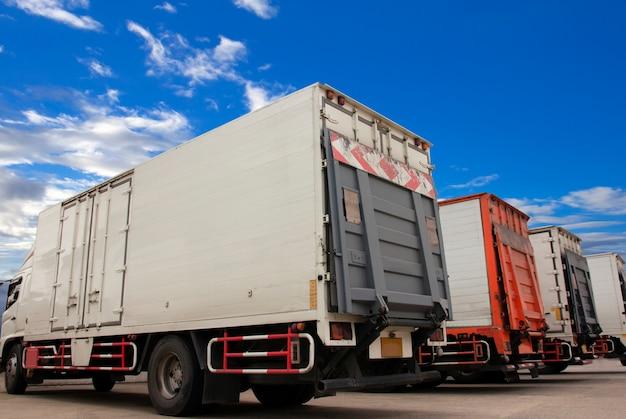 Vrachtwagens transport geparkeerd met een blauwe lucht. Premium Foto