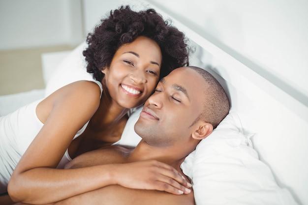 Vreedzaam paar op het bed thuis Premium Foto