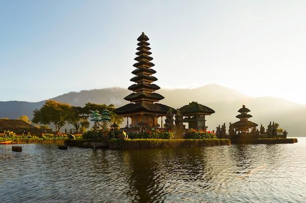 Vreedzame atmosfeer in vroege ochtend tijdens zonsopgang over pura ulun danu-tempel iconisch van bali, meer bratan, bali, indonesië. Premium Foto