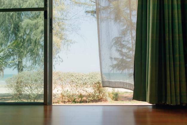 Vreedzame scène van het huis met wit transparant gordijn. Premium Foto