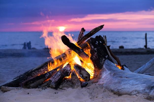 Vreugdevuur op het strand Gratis Foto