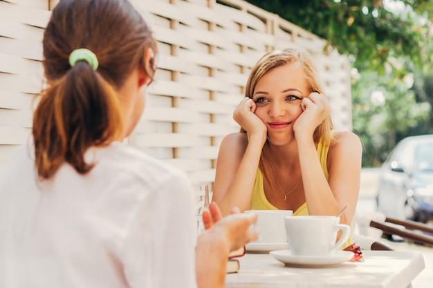 Vriend praten in koffie winkel Premium Foto