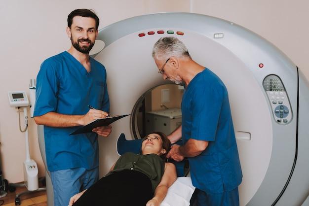 Vriendelijke artsen voorbereiding vrouw voor mri checkup. Premium Foto