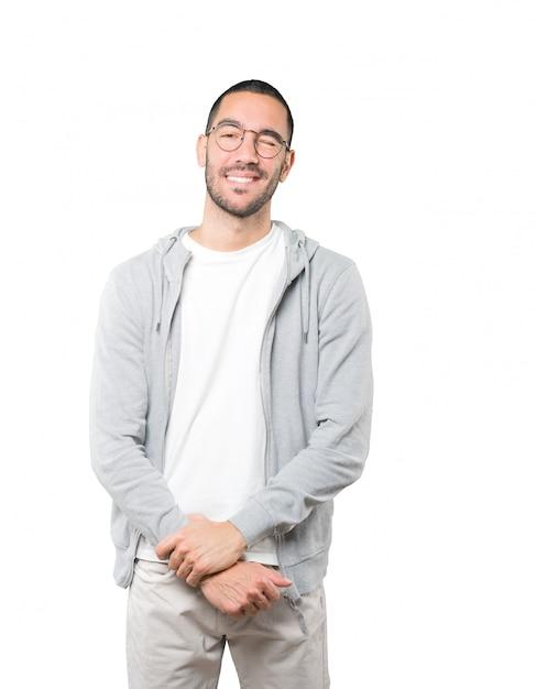 Vriendelijke jonge man die een oog knipoogt Premium Foto