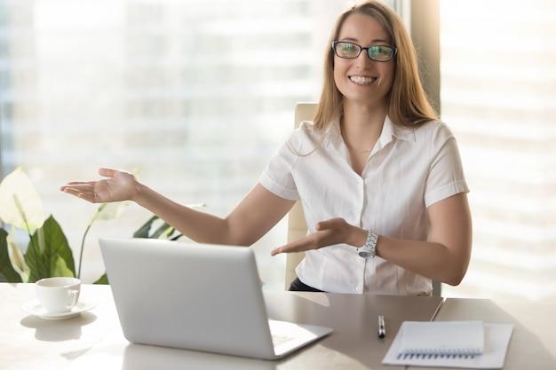 Vriendelijke receptioniste nodigt bezoekers uit voor ontmoeting Gratis Foto