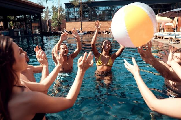Vrienden bij pool party. zomervakantie concept Premium Foto