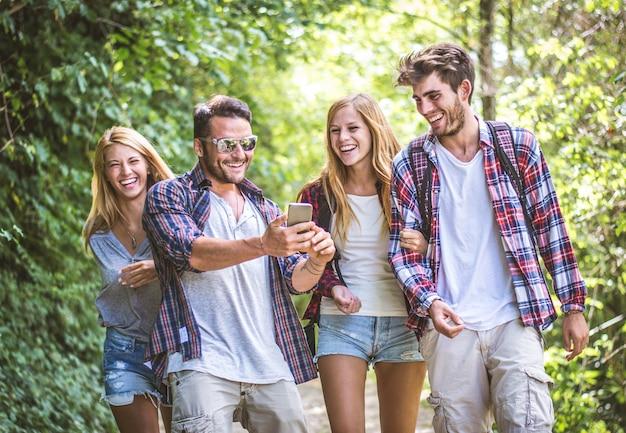 Vrienden buiten wandelen Premium Foto