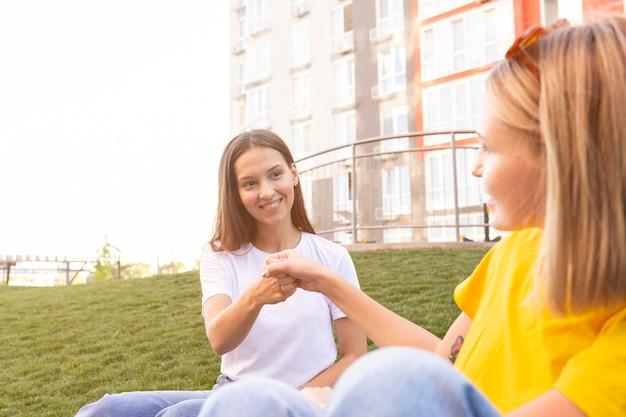 Vrienden communiceren met elkaar in gebarentaal Gratis Foto