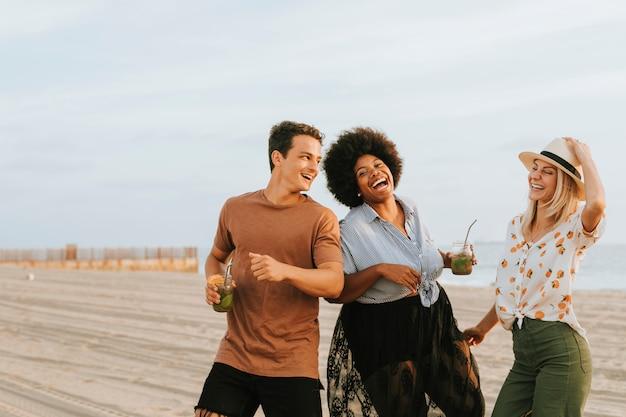 Vrienden dansen en plezier hebben op het strand Premium Foto