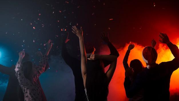 Vrienden dansen samen op nieuwjaarsfeest Premium Foto