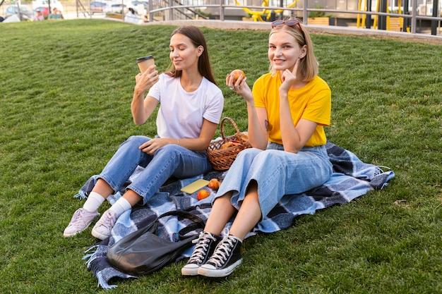 Vrienden die buiten gebarentaal gebruiken om te communiceren Premium Foto