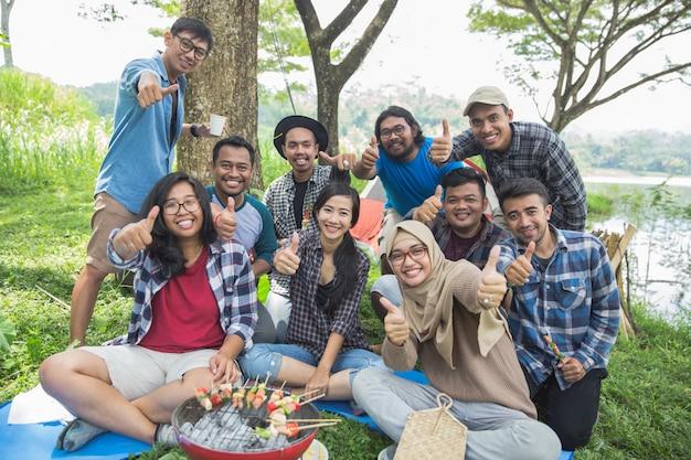 Vrienden die duim tonen kamperen Premium Foto