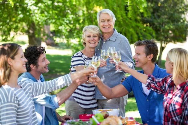 Vrienden die een picknick met wijn hebben Premium Foto