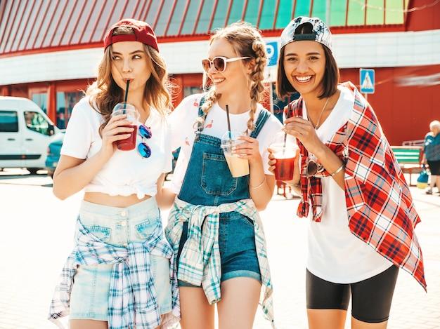 Vrienden die en verse cocktail smoothie drank in plastic kop met stro houden drinken Gratis Foto