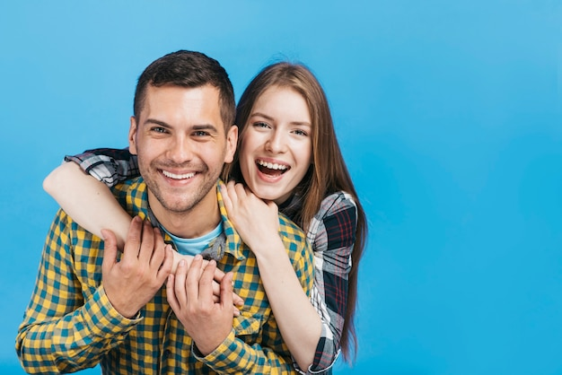 Vrienden die gelukkig zijn met exemplaarruimte Gratis Foto