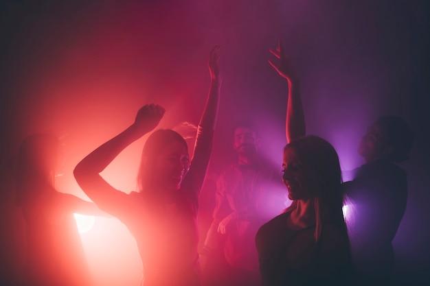 Vrienden die in disco dansen Gratis Foto