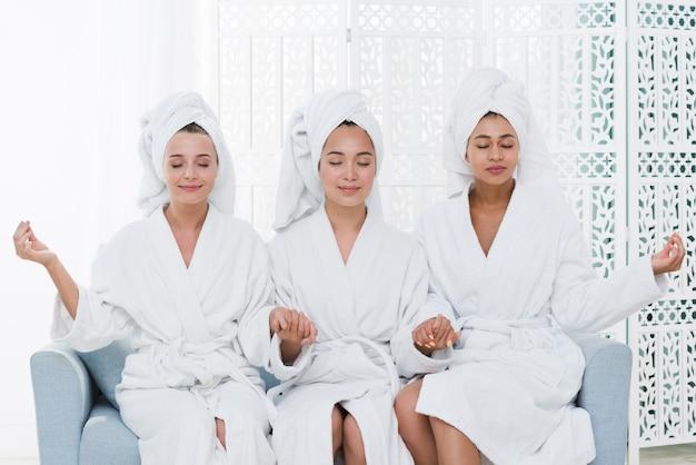Vrienden die met badjas in een kuuroord stellen Gratis Foto