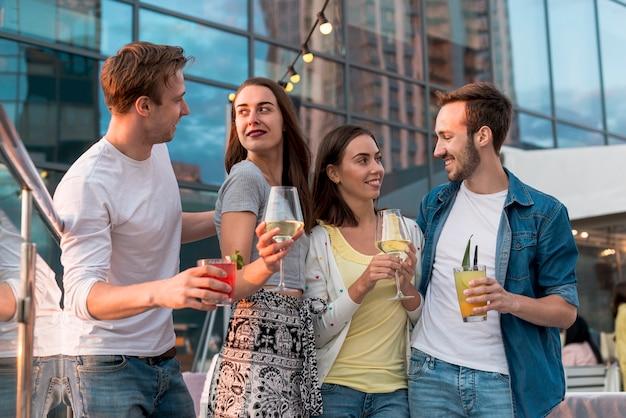 Vrienden die met dranken stellen Gratis Foto