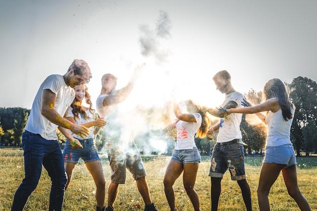 Vrienden die met holipoeder spelen Premium Foto