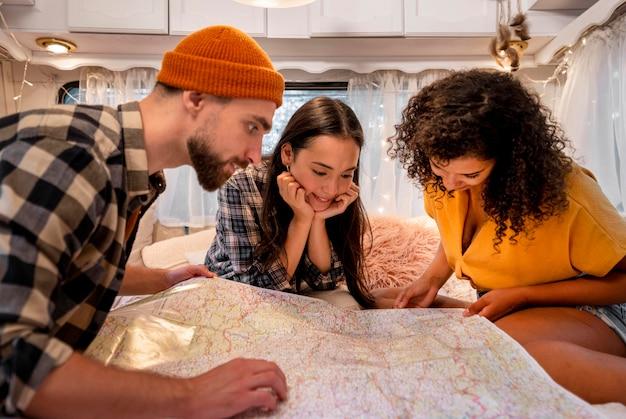 Vrienden die op een kaart kijken Gratis Foto